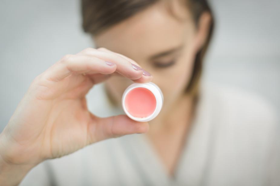 Gli scrub e la pulizia del viso per mantenere la pelle luminosa