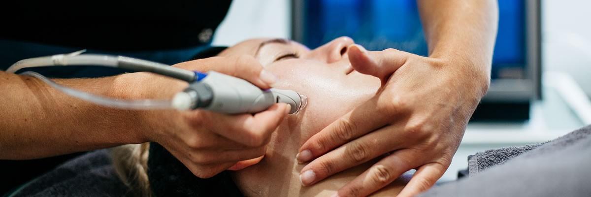 Correzioni non invasive, laser o peeling per la pelle con le cicatrici